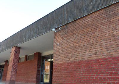 Térfigyelő kamera a Tatabányán a Kodály téri iskola oldalán