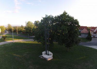 """Tatabánya """"anno"""" Bánhida 2 kard 2. világháborós emlékmű még a körforgalom megépítése előtt. A drón felvételeket a VértesNet készítette."""