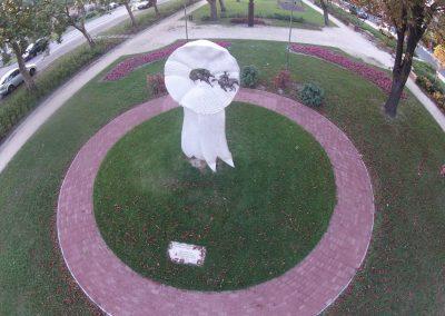 Tatabánya - Bánhidai szoborpark kokárda szobor - március 15. A felvételt a Vértesnet készítette. Tatabánya szépségei sorozat.