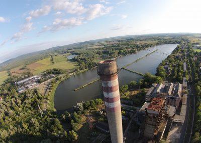 Tatabánya Bánhida erőmi tó és erőmű kémény légi drón kép. A felvételt a VértesNet készítette. Tatabánya szépségei sorozat.