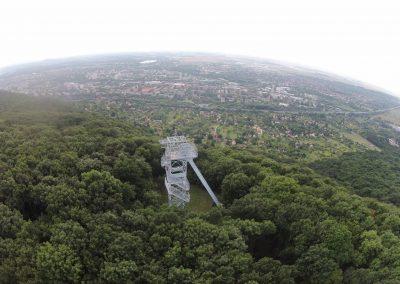Tatabánya Ranzinger Vince kilátó kő hegy drónnal készült légi felvétel. A képet a VértesNet készítette. Tatabánya szépségei sorozat.